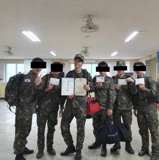 予備軍の訓練で表彰を受けたユンホ