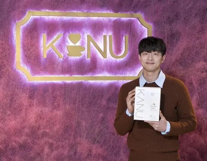KANUの広告モデルを務めるコン・ユ