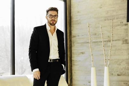 Danny Gokey with tree (425x283)