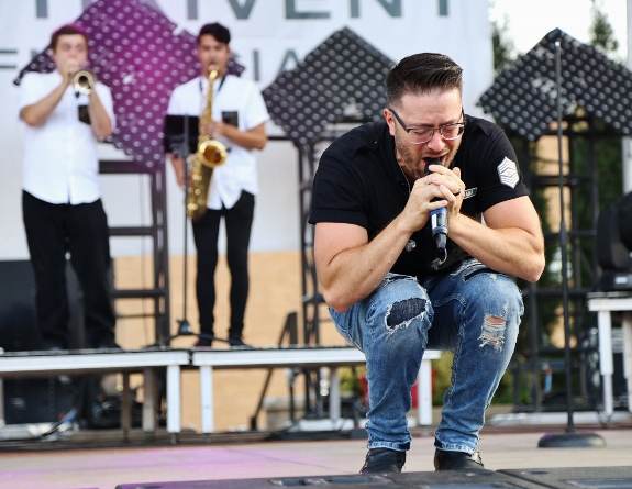 Danny Gokey performing in Wausau photo by TroyWL