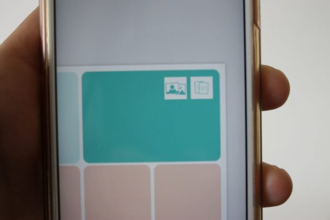 Wanneer je op een vakje in de layout klikt krijg je twee opties. Het linkerhokje brengt je naar je foto's. Het rechterhokje brengt je naar je 'kits': je kaartjes.
