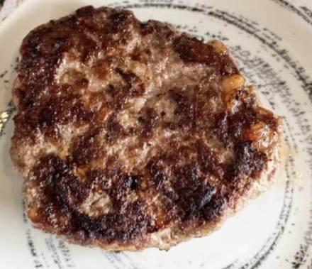 焼き上がったハンバーグステーキ