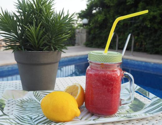 vandmelon smoothie med jordbær, vandmelonsmoothie opskrift, jordbær smoothie med vandmelon, nem sommerdrik, røde sommerdrik, opskrifter med jordbære, opskrifter med vandmelon, drikke med jordbær, drikke med vandmelon, mit tyrkiske køkken