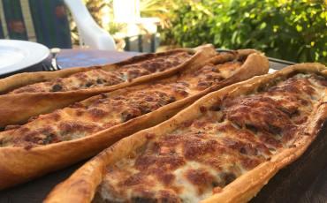 tyrkiske pizza med kødfyld, tyrkisk pizza opskrift, tyrkiske opskrifter, nemme tyrkiske retter, smag på tyrkiet, aflang pizza, pide opskrift, tyrkiske retter, alanya blogger, tyrkiet madblogger,