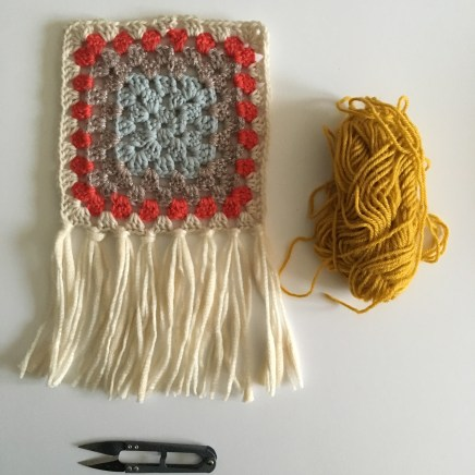Tissage autour d'un granny square au crochet