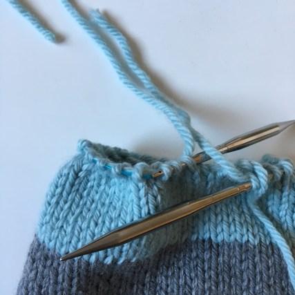 Tuto : Le bonnet « Lucien » au tricot (enfant) - Idéal débutants en aiguilles circulaires - Le ...