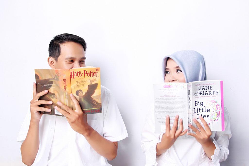 Foto prewedding saat membaca buku.