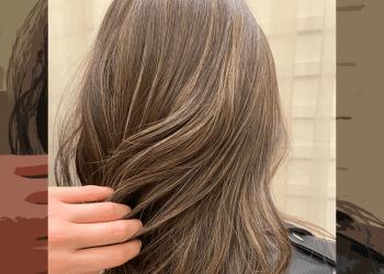 Warna rambut cerah dengan banyak highlight
