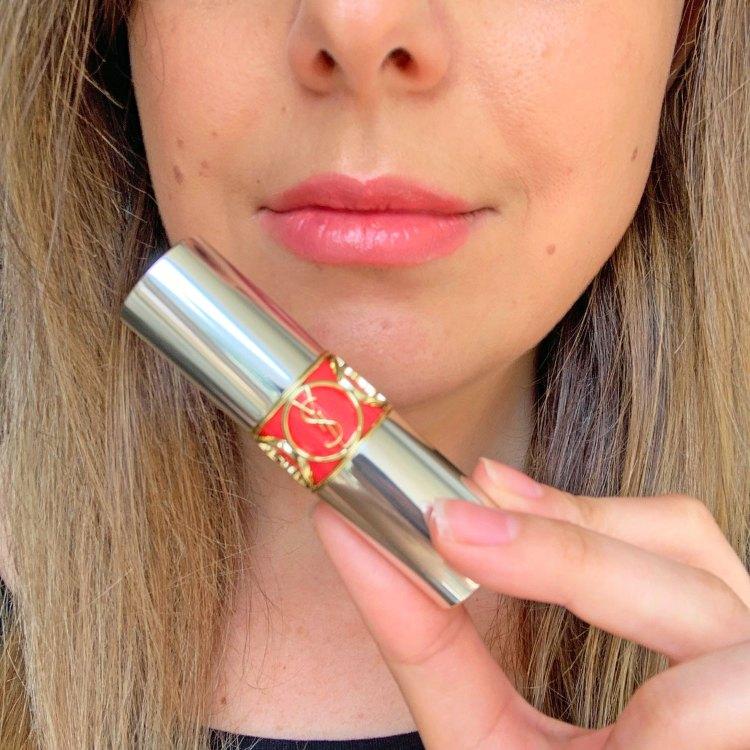 Rouge Volupté Shine mon avis sur les nouveaux rouges à lèvres Yves Saint Laurent blog swatch exposing coral