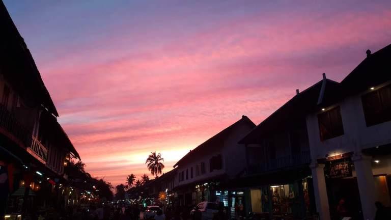 Magnifique coucher du soleil dans la rue principale