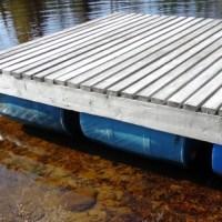 Construire un quai flottant avec barils, comme plateforme