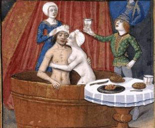 """Au milieu du Moyen-Age, la question des bonnes moeurs et de la transmisison des maladies rend la population méfiante à l'égard des bains. On imagine alors que les femmes peuvent tomber enceintes simplement en se baignant dans la même eau que les hommes. Ce qui n'empêche pas les seigneurs, en réalité, de s'offrir un bain privé avec une eau """"propre"""", tout en dérogeant à la règle de la mixité... (Illustration des """"Dits"""" de Watriquet de Couvin, 1319-1329)"""