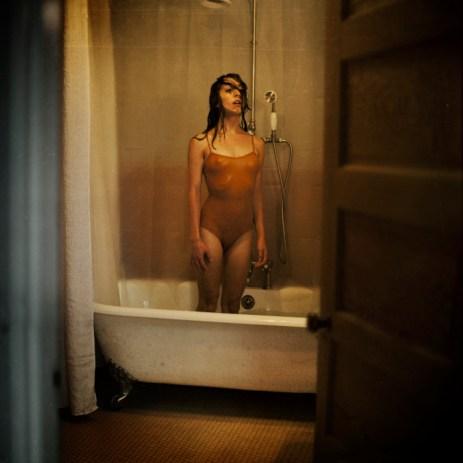 """Cette photo a été prise dans une maison où personne ne vit. """"Mais il y avait de la beauté dans chaque recoin et personne n'en profitait. Cela m'a fait penser à cette scène : une fille dans une baignoire, se tenant debout, le souffle coupé pendant un moment de réalisation. Peut-être qu'elle pense au fait qu'elle est toute seule ou peut-être qu'elle est sous le choc d'avoir été trop longtemps sous l'eau...""""(Crédits : avec l'aimable autorisation de Brooke Shaden)"""