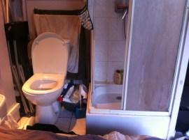 """""""Quand j'ai visité cet appartement, j'étais heureuse d'avoir des toilettes à l'intérieur ! Je préfère ne pas avoir de vrai salle de bain, ne pas avoir de portes que d'avoir les toilettes sur le palier."""""""