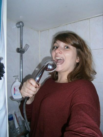 """""""Le matin, je me douche dans ma salle de bain, je me sèche les cheveux dans mon salon et je me brosse les dents dans ma cuisine. Dans mon prochain appartement, j'aimerais avoir une vraie salle de bain avec un lavabo, où je pourrais tout faire dans une seule pièce""""."""