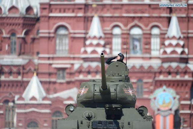 A T-34 tank moves on the Red Square, Moscova 9 mai 2015