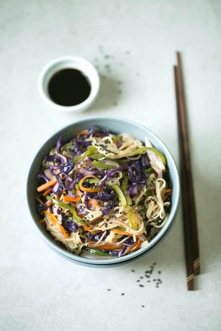 Wok de noodles sin gluten con pasta - Este wok de noodles sin gluten y verduras es un plato perfecto para el día a día porque es muy sencillo, se prepara en muy poco tiempo y está riquísimo.
