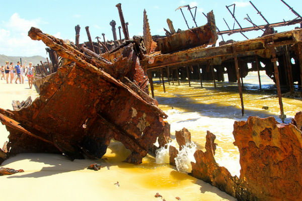 Midden op het strand vind je dit bijzondere Maheno Shipwreck