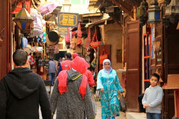 Prachtige mensen in de straten van Fès