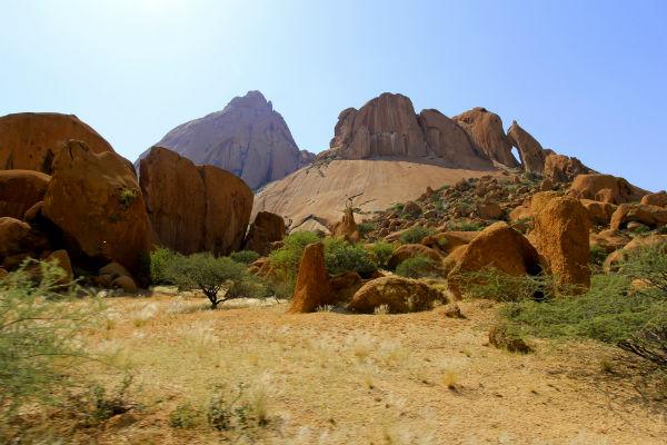 Het desolate landschap bij Spitzkoppe