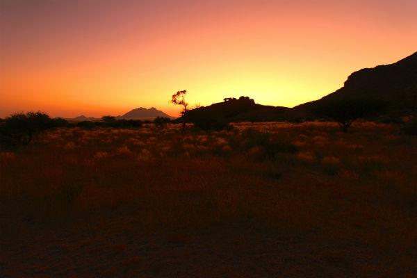 afrikaanse zonsondergang vanuit de daktent namibie