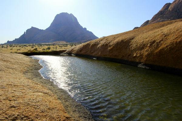 Bijzonder om ineens midden in de bergden deze rock pool te vinden