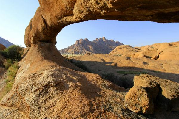 Naast dat de natuurlijke rotsbrug prachtig is heb je ook een mooi uitzicht over de omgeving