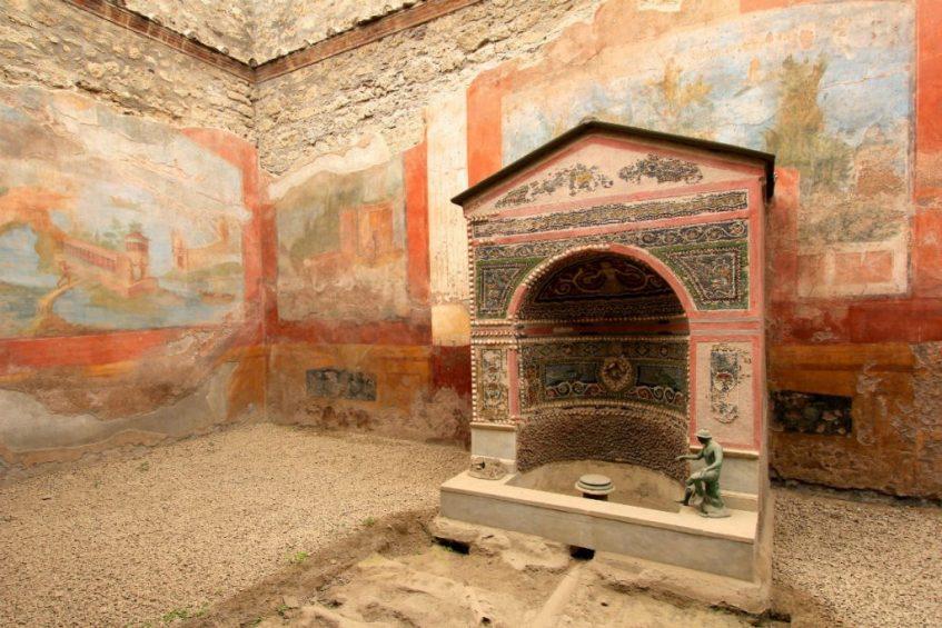 Wat je zeker niet mag overslaan in Napels is de pastelkleurige muurschilderingen in pompeii nabij napels italie bekijken