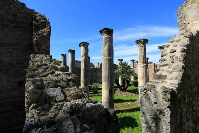 Vlakbij Napels vind je Pompeii met prachtige overblijfselen van huizen in pompeii nabij napels italie