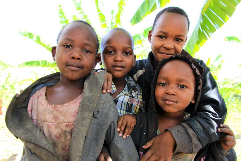 Spelende kinderen tijdens wandeling door Mto wa Mbu in Tanzania