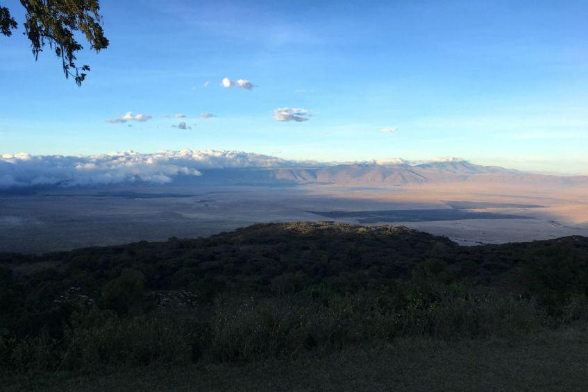 Uitzicht vanaf de kraterrand over de Ngorongoro Krater in Tanzania