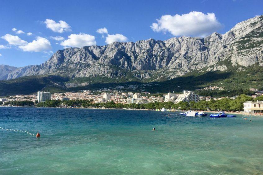 De steile kliffen lijken op het strand uit te komen in Dalmatie aan de Makarska Riviera