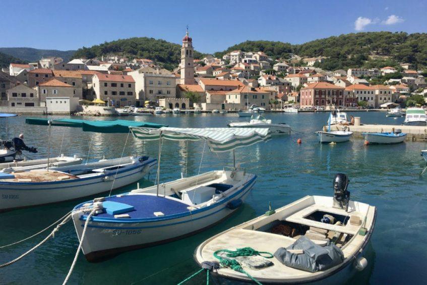 Het stadje Bol op het sfeervolle eiland Brac tijdens rondreis Dalmatie Kroatie