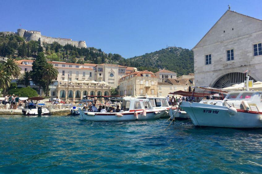 Sfeervol Hvar vanuit de haven in Dalmatie Kroatie