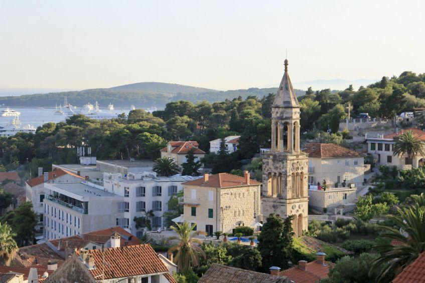 Het sfeervolle stadje Hvar op het eiland Hvar is goed te bezoeken tijdens je rondreis Dalmatie