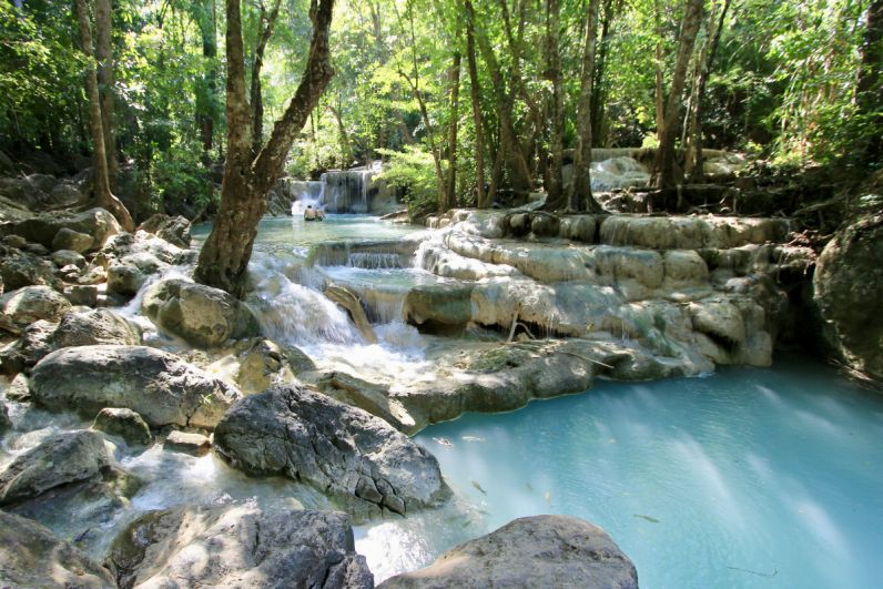 Het mooie turquoize van de Erawan Watervallen bij Kanchanaburi in Thailand