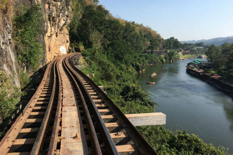 Het stuk spoor van Death Railway in Kanchanaburi Thailand