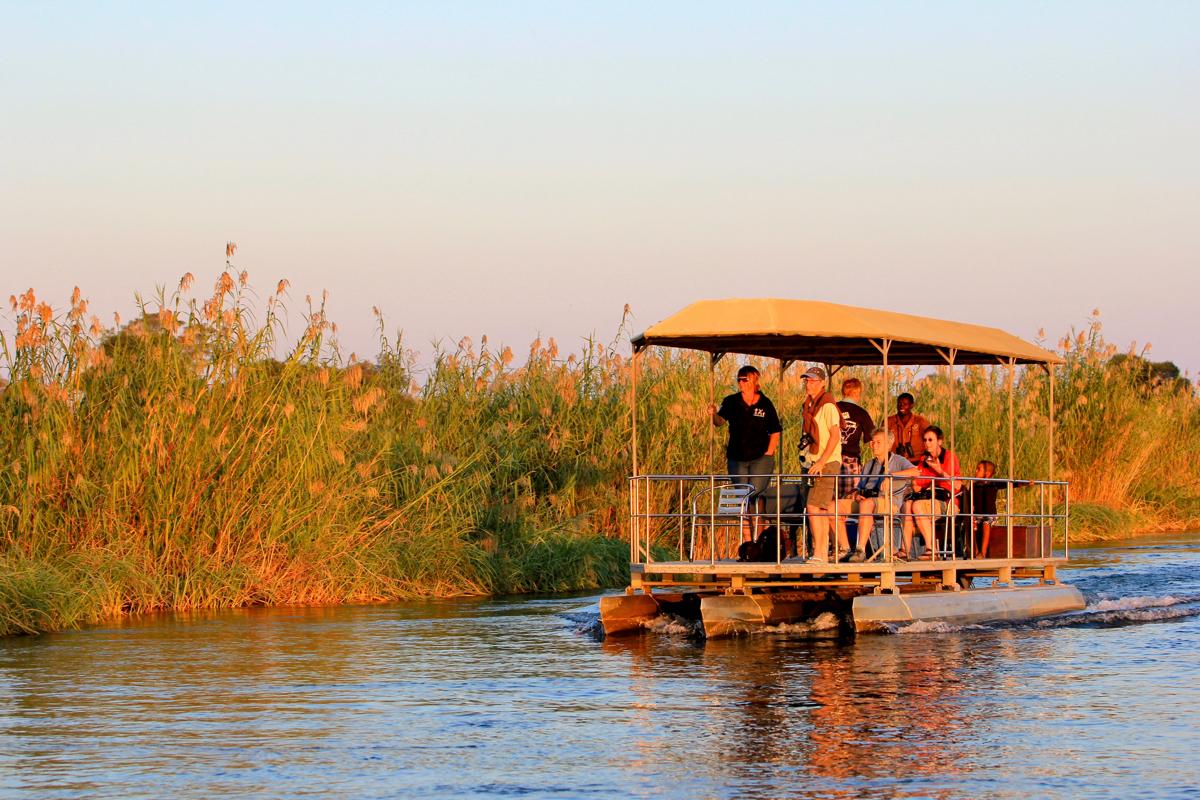 Een boottocht bij Ngepi Camp is leuk tijdens je route Namibie