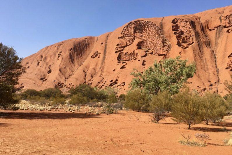 Wandel in Australië rond de base van Uluru en ervaar deze heilige grond op z'n best