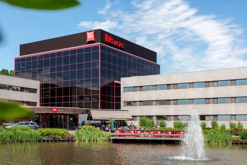 Het Ibis Hotel gezien vanaf de parkeerplaats