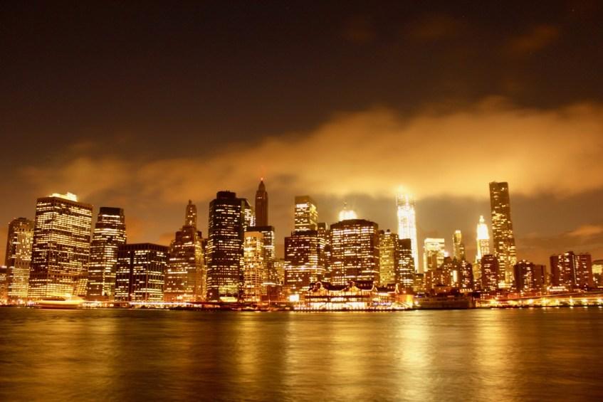 De zonsondergang in New York is magisch vanaf Brooklyn Park