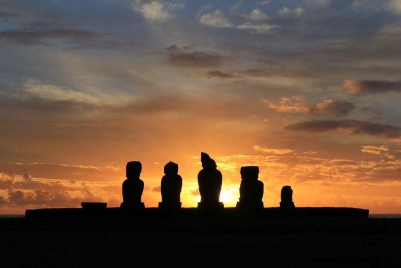 Ga je naar Paaseiland? Ga zeker elke dag de zonsondergang bekijken bij Ahu Tahai
