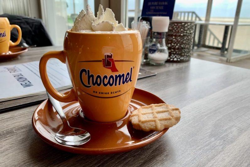 Bij herfstachtig weer op Texel hoort natuurlijk een warme chocolademelk met slagroom