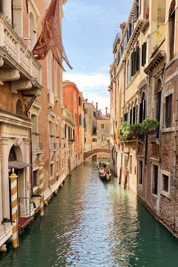Een bezoek aan Venetie is niet compleet zonder een foto van een gondel in de grachten van Venetie