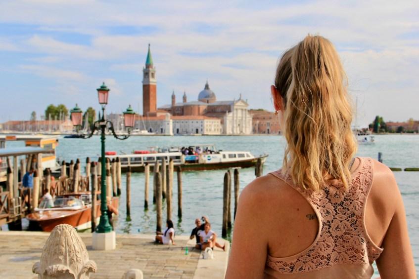 Een van de fotogenieke plekken in Venetie is het uitzicht over het water vanaf Ponte della Peglia