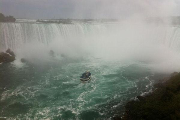 The Maid of the Mist trotseert het wilde water bij de falls