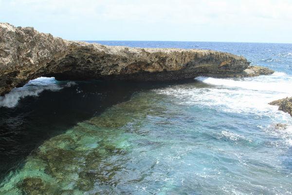 De mooie natuurlijke brug: Boka Wandomi