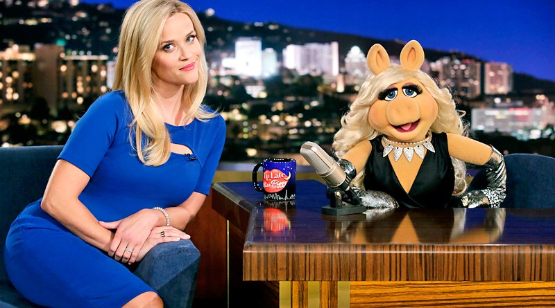 """THE MUPPETS - """"Walk the Swine"""" - Miss Piggy and Reese Witherspoon have a heated rivalry but when the two volunteer for Habitat for Humanity, their feud escalates to a whole new level. Meanwhile, Fozzie and his girlfriend hit a rough patch, on """"The Muppets,"""" TUESDAY, OCTOBER 27 (8:00-8:30 p.m., ET) on the ABC Television Network. (ABC/Nicole Wilder) MISS PIGGY"""