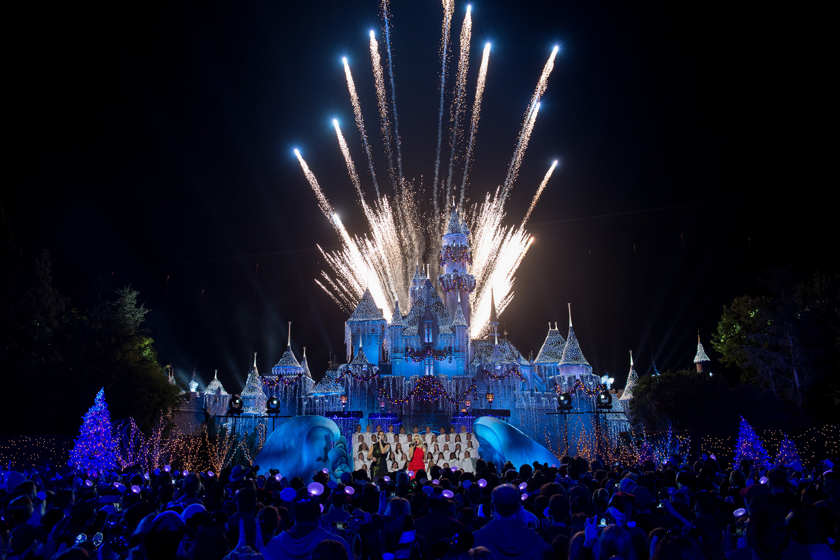 Disney Parks and Superstars to Light Up ABC's Primetime Special 'The Wonderful World of Disney: Magical Holiday Celebration' Nov. 30