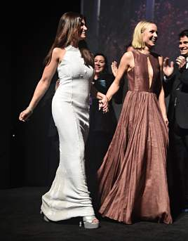 """HOLLYWOOD, CALIFORNIA - NOVEMBER 07: Actors Idina Menzel and Kristen Bell attend the world premiere of Disney's """"Frozen 2"""" at Hollywood's Dolby Theatre on Thursday, November 7, 2019 in Hollywood, California. (Photo by Alberto E. Rodriguez/Getty Images for Disney)"""